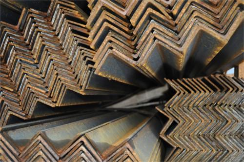 Металлические уголки на складе